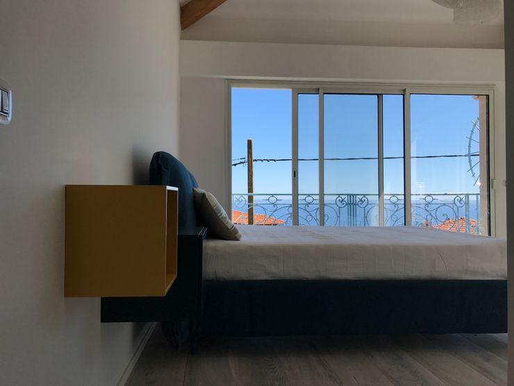Suite con vista mare Studio Zay Architecture & Design Camera da letto moderna Legno Blu