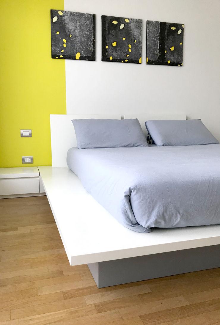 Camera matrimoniale 02 Studio Zay Architecture & Design Camera da letto eclettica Legno Giallo