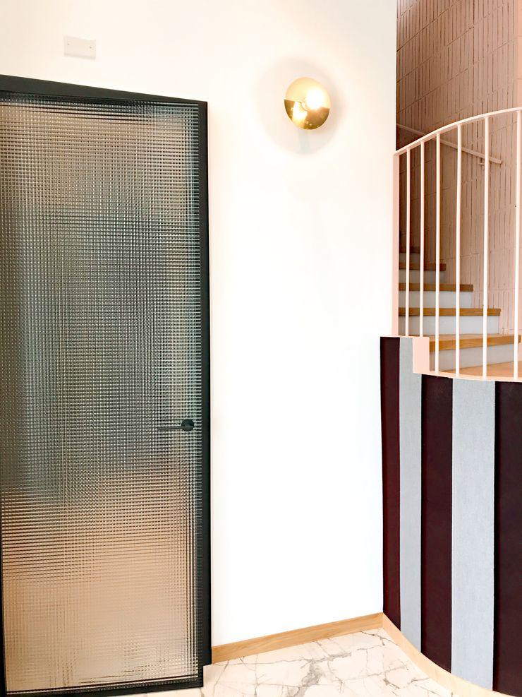 Dettaglio rivestimenti scala Studio Zay Architecture & Design Scale Legno Rosa