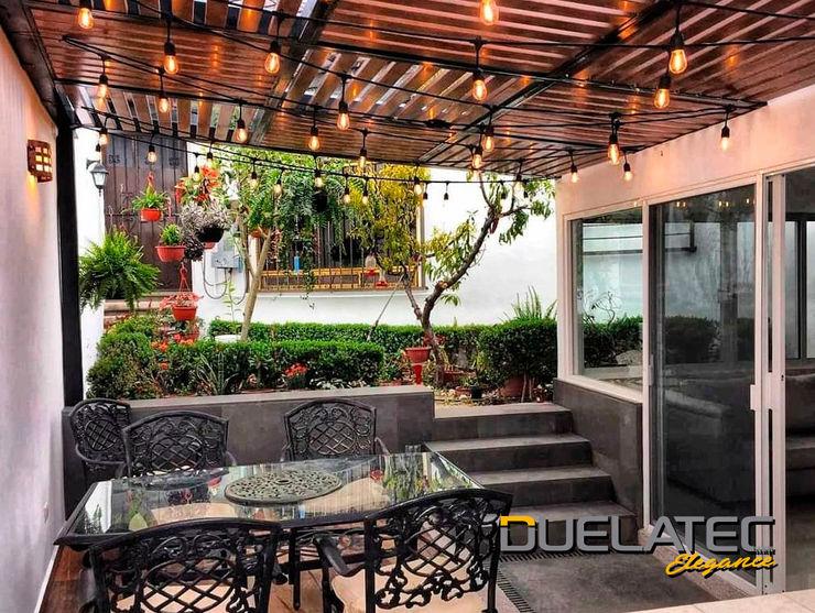 Pergolas elaboradas con Duelatec Elegance Lamitec SA de CV Balcones y terrazas minimalistas Metal Acabado en madera
