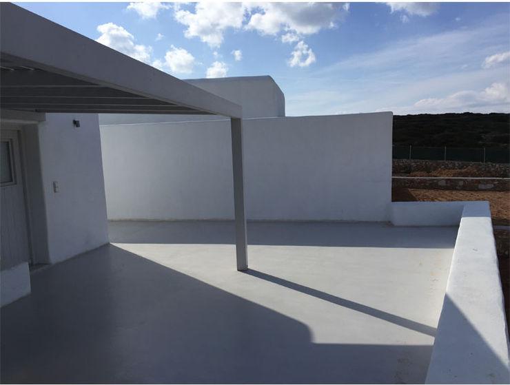 Ridisegno degli spazi interni e dello spazio esterno di due ville a pochi passi dal mare studio patrocchi Balcone, Veranda & Terrazza in stile mediterraneo