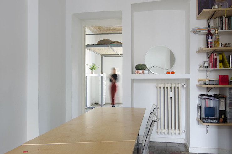 TAVOLO TRASFORMABILE/ configurazione longitudinale Cerra+Corbani Ingresso, Corridoio & Scale in stile minimalista