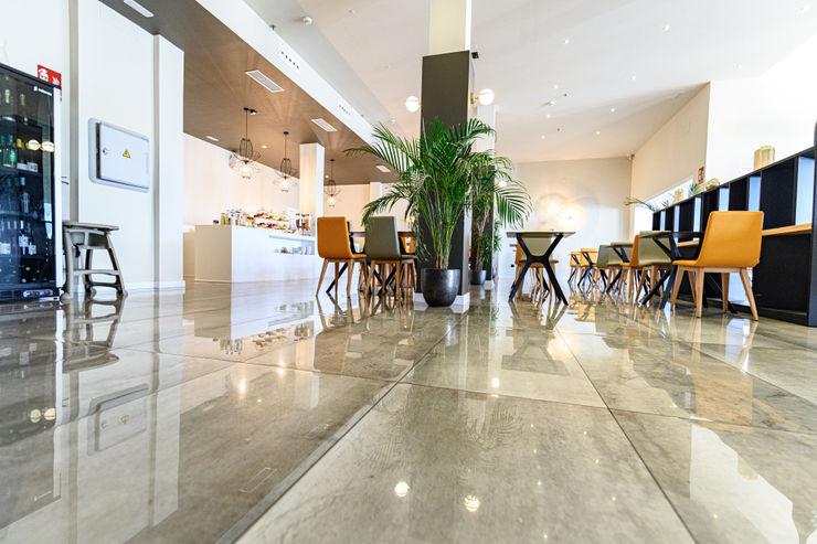 COMEDOR HOTEL ROMESUR Comedores de estilo moderno Cerámico Gris