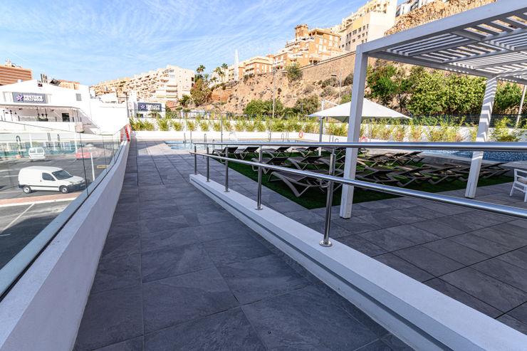 TERRAZA HOTEL ROMESUR Balcones y terrazas de estilo moderno Cerámico Gris