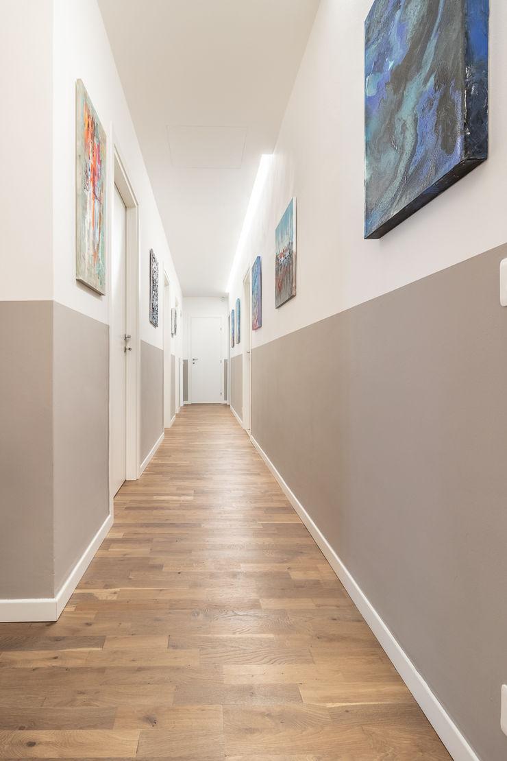 ARIA DI CASA Debra Sacchetti Ingresso, Corridoio & Scale in stile moderno