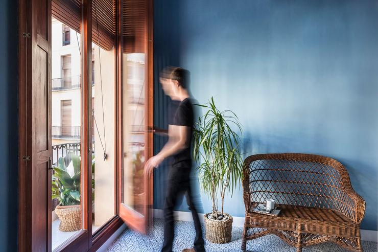 Vivienda en Plaza Redonda tambori arquitectes Puertas y ventanas de estilo moderno Azul
