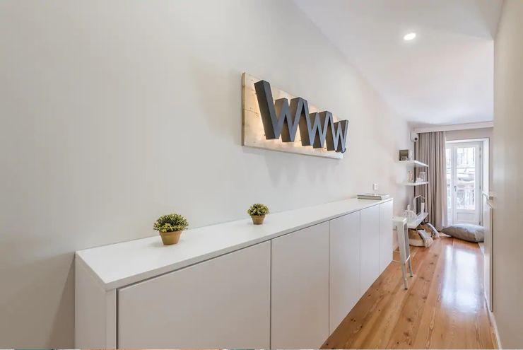 Entrada Ana Godinho de Almeida - Product & Interior Design Corredores, halls e escadas minimalistas