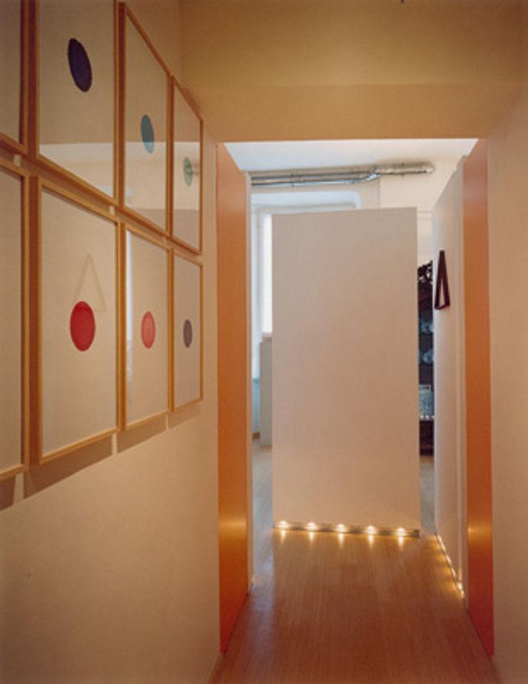 setti espositivi studio patrocchi Ingresso, Corridoio & Scale in stile eclettico