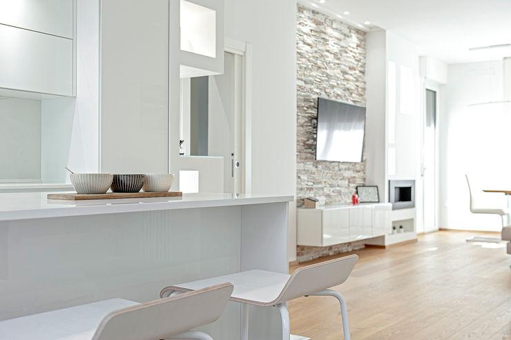 HUH (Hurry Up Home) Luca Bucciantini Architettura d' interni Cucina attrezzata Bianco