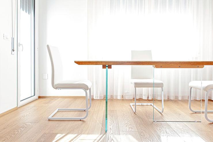 HUH (Hurry Up Home) Luca Bucciantini Architettura d' interni Sala da pranzo minimalista Bianco