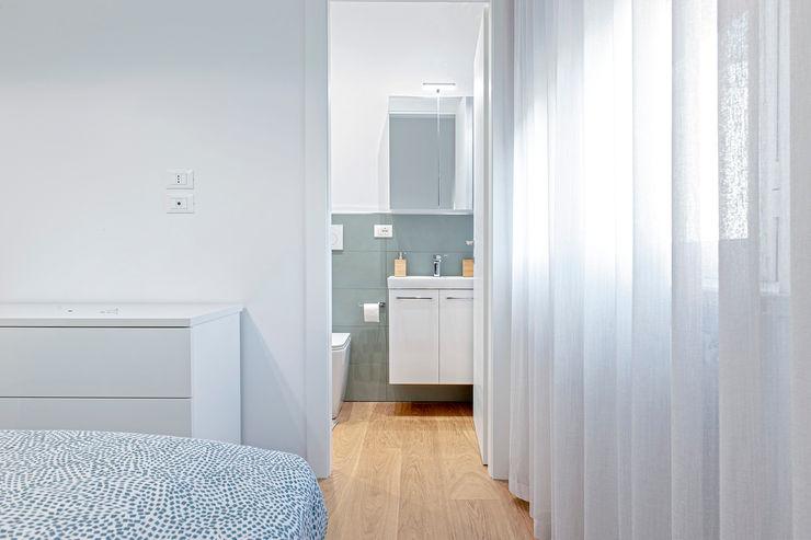 HUH (Hurry Up Home) Luca Bucciantini Architettura d' interni Bagno minimalista Turchese