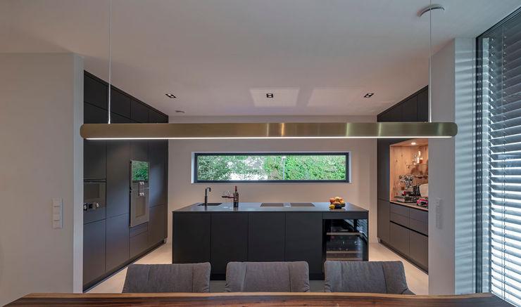 Fichtner Gruber Architekten Built-in kitchens Black