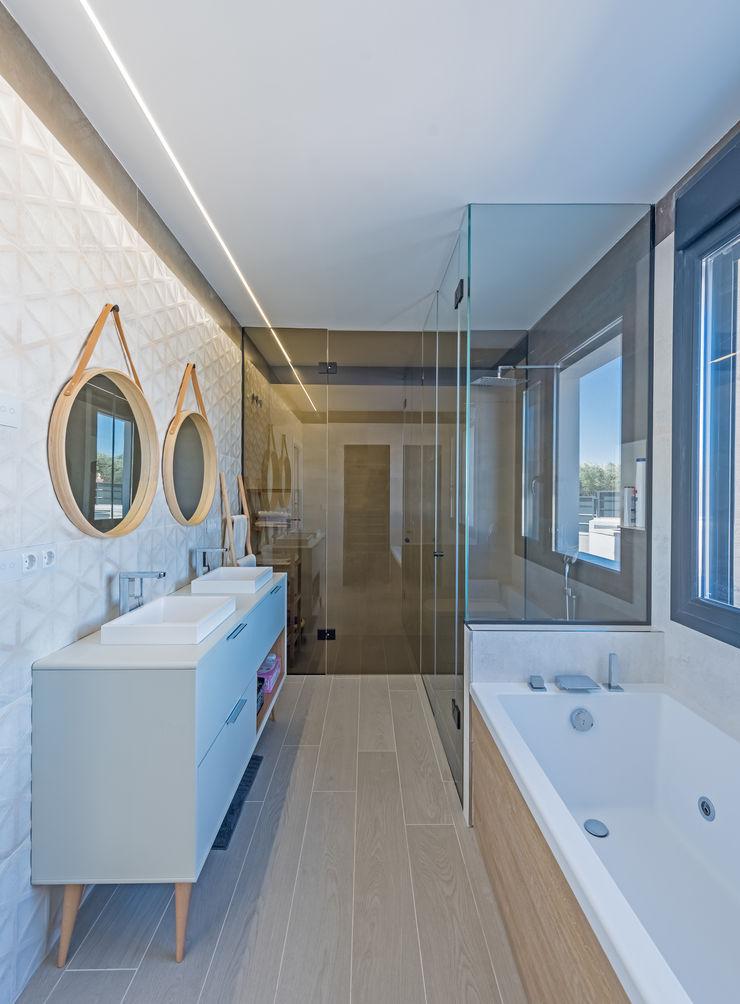 NUÑO ARQUITECTURA Modern Bathroom Ceramic Beige