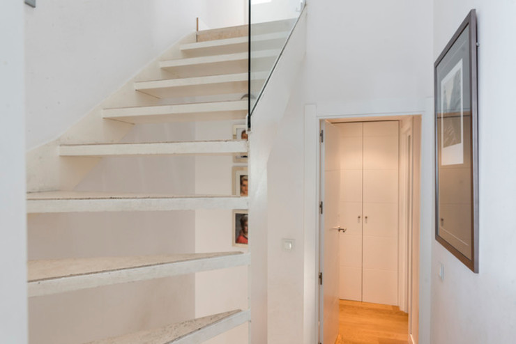 Escaleras vistas ARESAN PROYECTOS Y OBRAS SL Escaleras Blanco