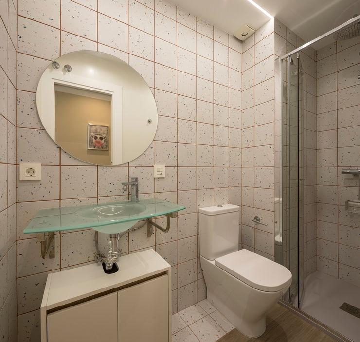 Rehabilitación de piso para estudiantes inbasi Interiorismo y Decoración S.L.U. Baños de estilo moderno