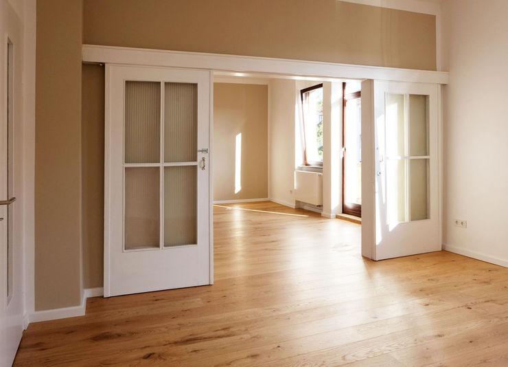 offener Wohn-/Essbereich mit großer Schiebetür Resonator Coop Architektur + Design Moderne Wohnzimmer