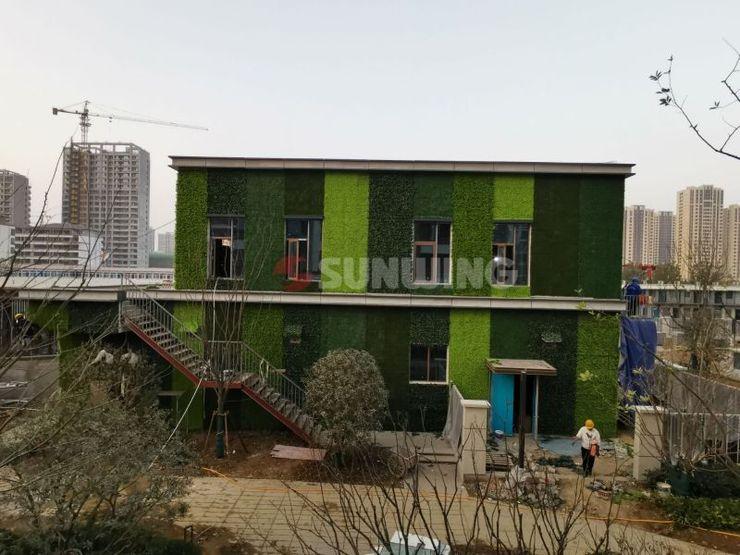 Construction of Artificial Green Wall in Commercial Spaces Sunwing Industries Ltd Asiatische Ladenflächen Plastik Grün