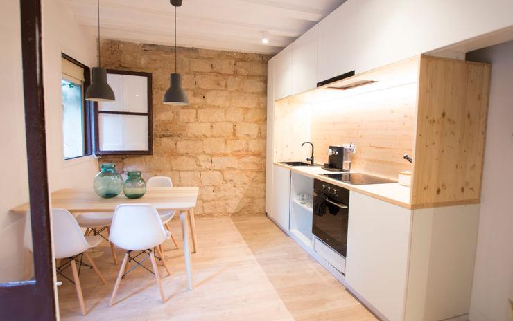Cocina con detalle de muro de piedra DECOWOOD EUROPA SL Cocinas de estilo moderno