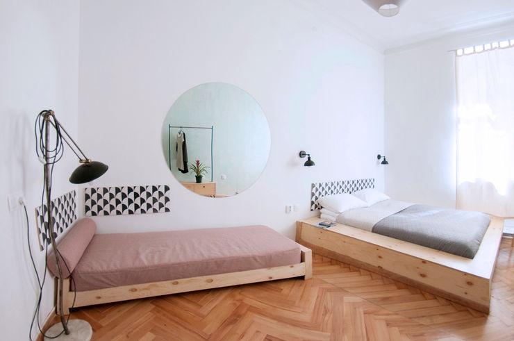 Studio Plus Minus モダンスタイルの寝室