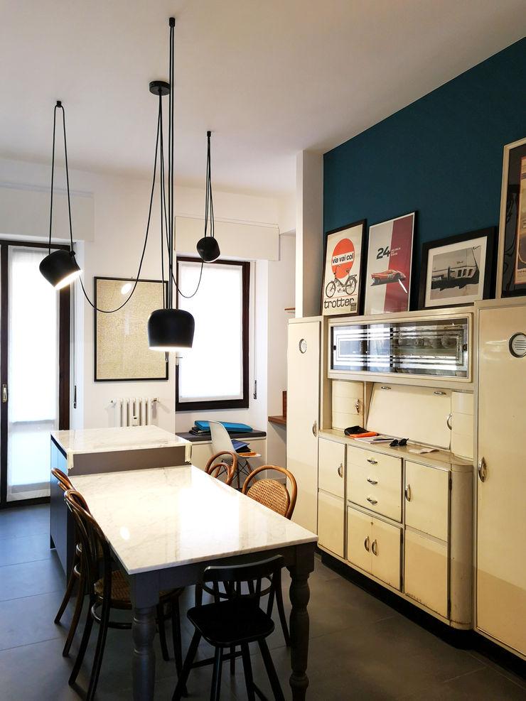 Cucina con isola Studio Zay Architecture & Design Cucina eclettica Legno Blu