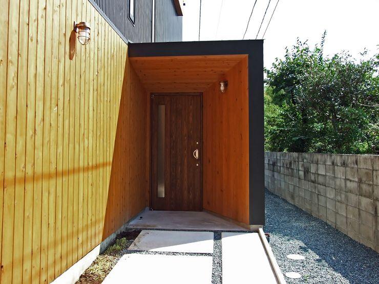玄関ポーチ 岩瀬隆広建築設計 モダンスタイルの 玄関&廊下&階段 木 木目調