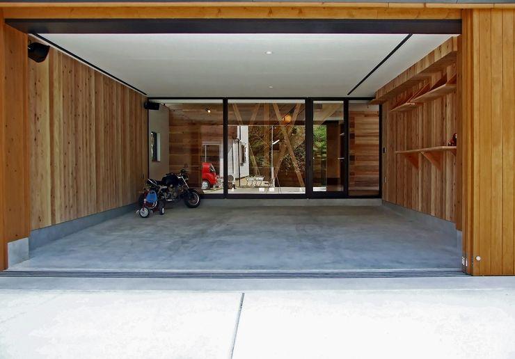 岩瀬隆広建築設計 Modern garage/shed Wood Wood effect