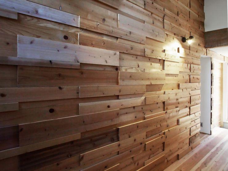 凹凸のウッドウォール 岩瀬隆広建築設計 モダンな 壁&床 無垢材 木目調