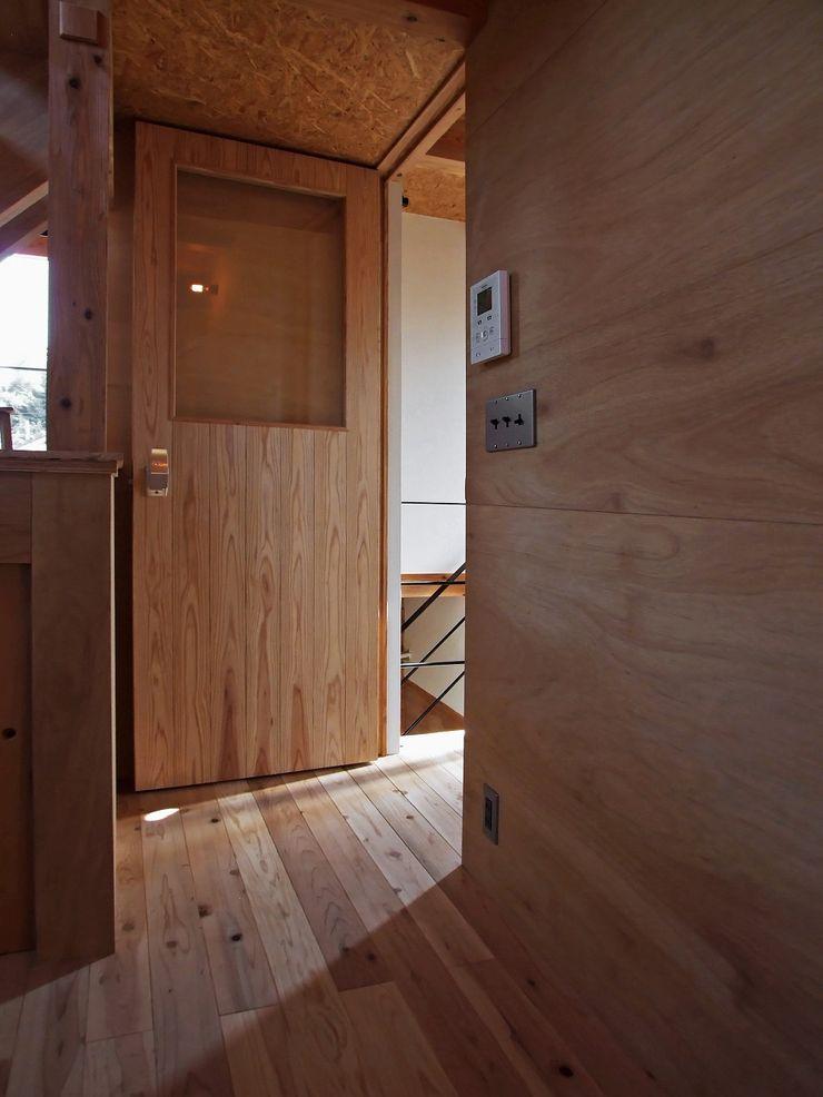 住居部分の玄関 岩瀬隆広建築設計 モダンスタイルの 玄関&廊下&階段 無垢材 木目調