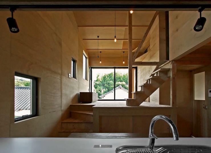 リビングダイニング 岩瀬隆広建築設計 モダンデザインの リビング 無垢材 木目調