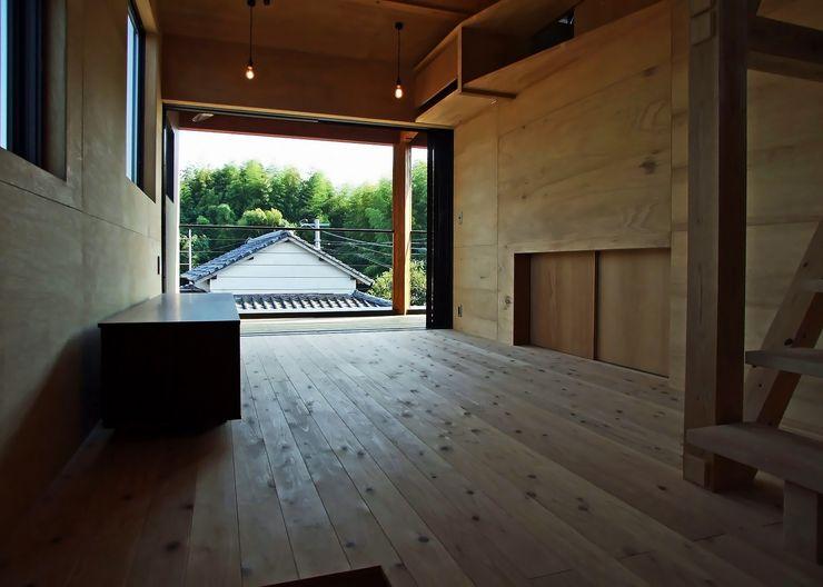 リビング 岩瀬隆広建築設計 モダンデザインの リビング 無垢材 木目調