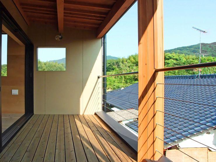 バルコニー 岩瀬隆広建築設計 モダンデザインの テラス 無垢材 木目調