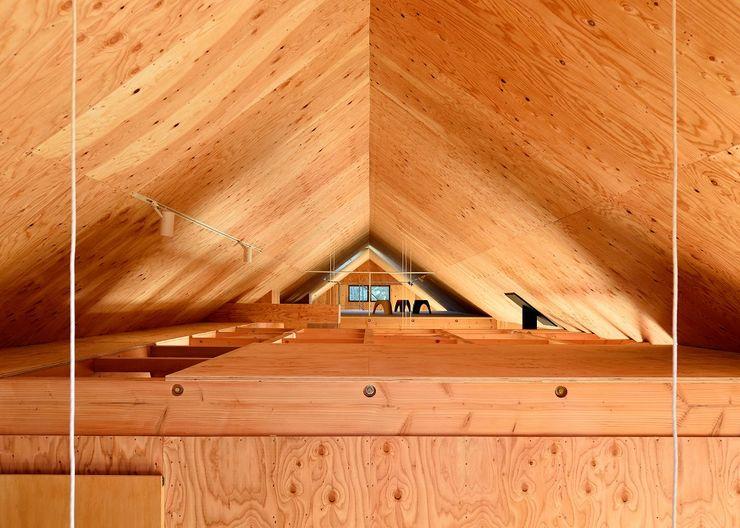 三本木の家 屋根裏 一級建築士事務所サトウプラス ラスティックスタイルの 玄関&廊下&階段 木