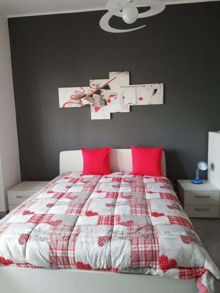 Realizzazione finale della camera da letto Silvia Camporeale Interior Designer Camera da letto piccola Legno composito Bianco