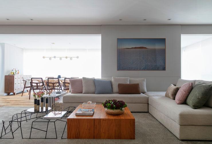 Vista da entrada do apartamento DCC by Next arquitetura Salas de estar escandinavas Bege