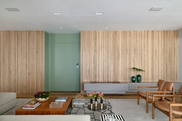 Destaque porta verde pistache DCC by Next arquitetura Salas de estar mediterrâneas Bege