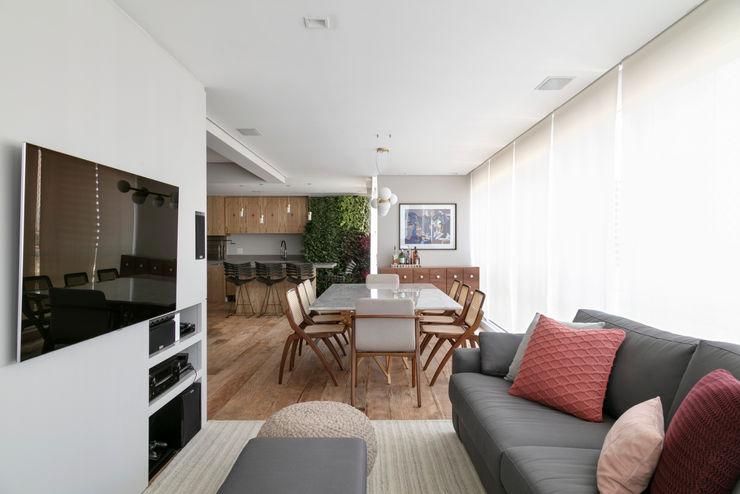 Vista da sala de TV DCC by Next arquitetura Salas de estar mediterrâneas Cinza