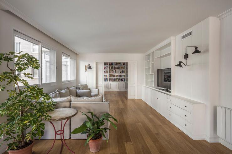 Vivienda en Ciudad Universitaria tambori arquitectes Salones de estilo moderno Blanco