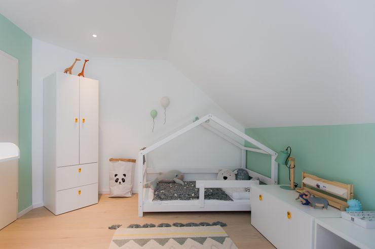 BPLUSARCHITEKTUR Modern nursery/kids room