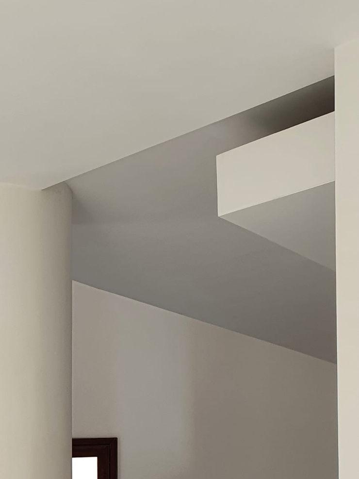 Detail van het verlaagde plafond MEF Architect Gang, hal & trappenhuisVerlichting MDF Wit
