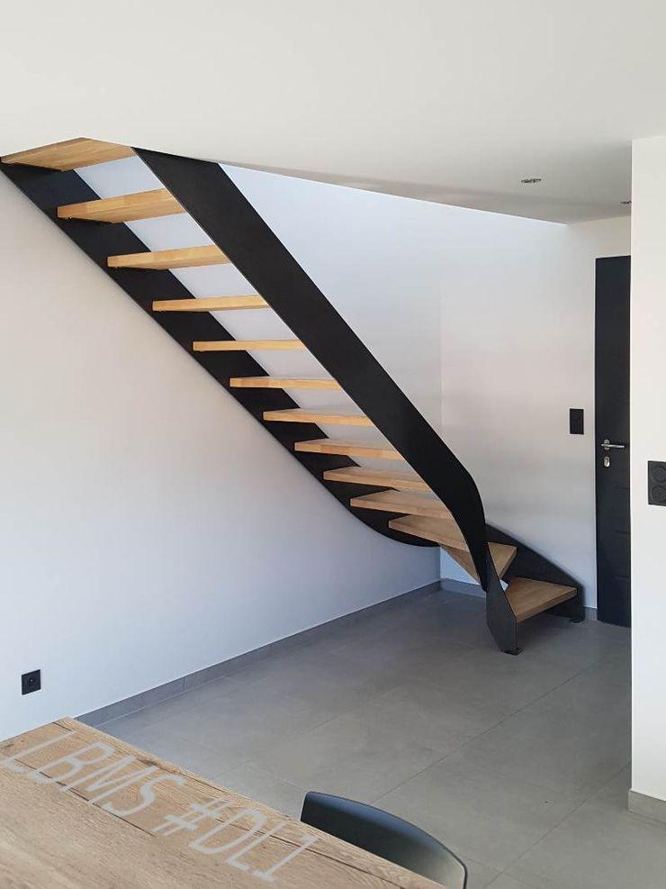 Escalier métallique tournant deux limons latéraux LBMS. Fabrice Lamouille Escalier Fer / Acier Noir