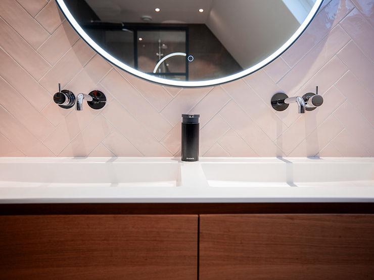 Lichte badkamer met visgraat tegels De Eerste Kamer Landelijke badkamers Tegels Roze