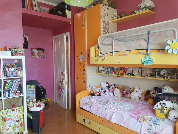 Parete con soppalco prima dell'intervento Silvia Camporeale Interior Designer Camera da letto piccola Legno composito Arancio