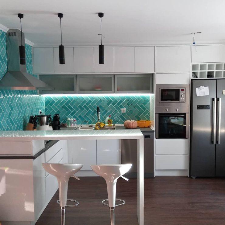 Cozinha open space Home 'N Joy Remodelações Armários de cozinha Branco