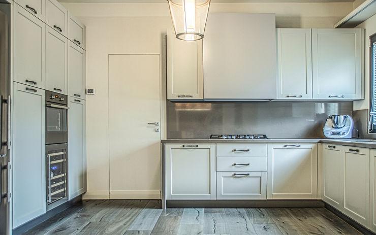Cucina con linee essenziali Arch. Alessandra Cipriani Cucina attrezzata