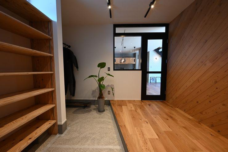 趣味部屋も兼ねた大きな玄関 K-LIVING(有限会社川堀工務店) インダストリアルな 玄関&廊下&階段 無垢材 木目調