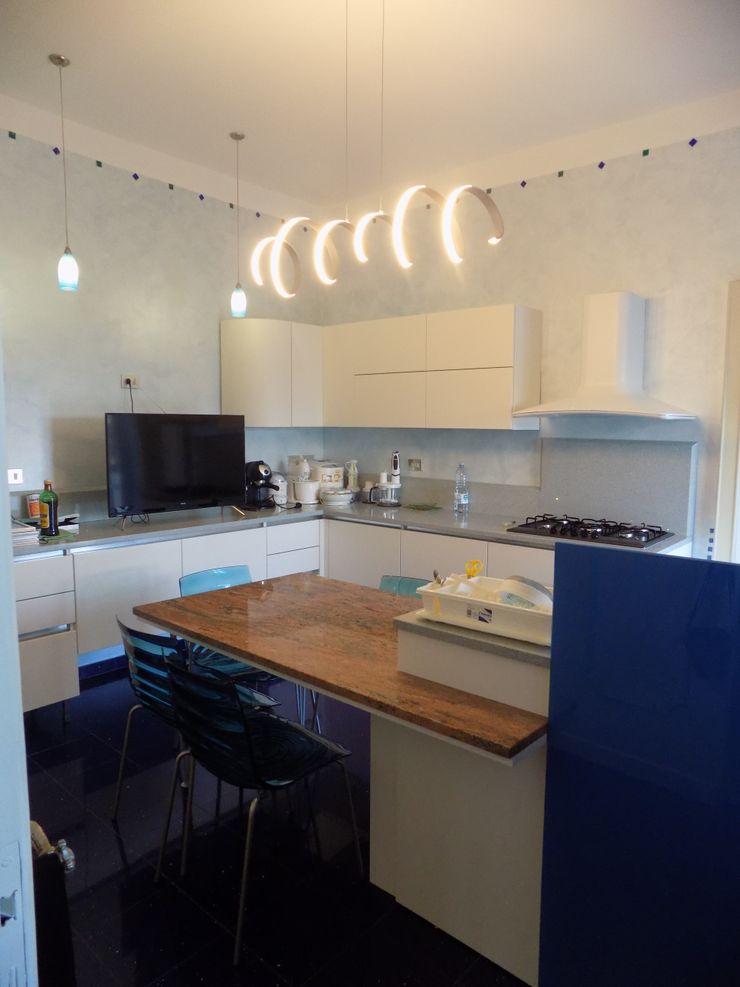 PROGETTO RESTYLING CUCINA MODERNA - ZONA EST Seven Project Studio Cucina attrezzata Legno Bianco