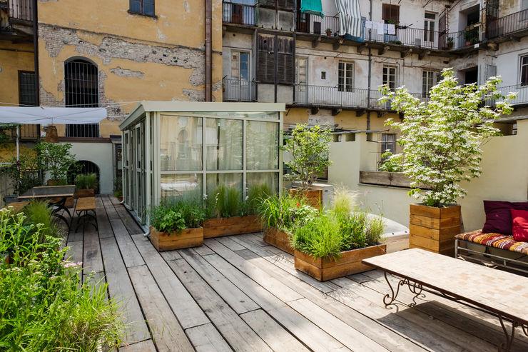 Il giardino pensile e il volume vetrato d'accesso ELENA CARMAGNANI ARCHITETTO Balcone, Veranda & Terrazza in stile rustico