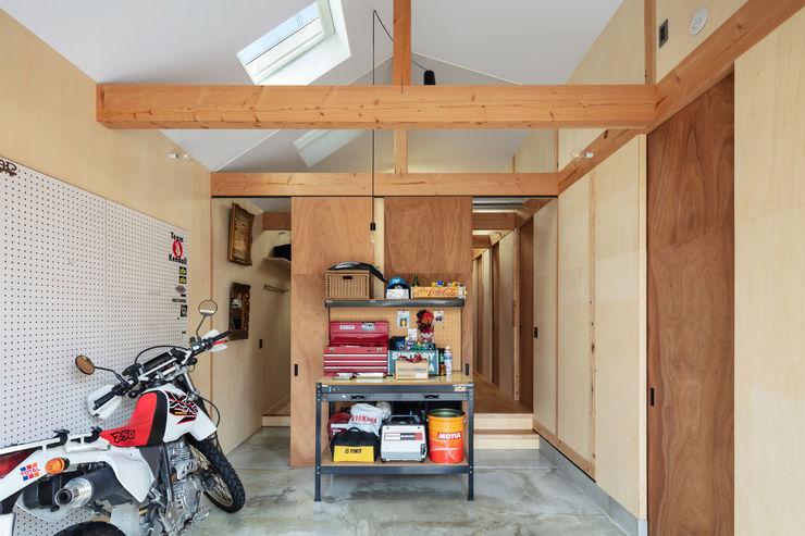 工具箱の家 Toolbox House 山本嘉寛建築設計事務所 YYAA ガレージ車庫 合板(ベニヤ板) 木目調