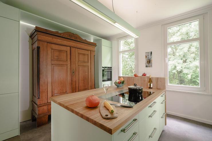 Den Clou dieser Küche zeigt diese Übersichtsansicht. Der Bauernschrank ist in die Schrankwand einbezogen und wird von ihr effektvoll beleuchtet. Olaf Reinecke Der TraumKüchenRealisierer Einbauküche