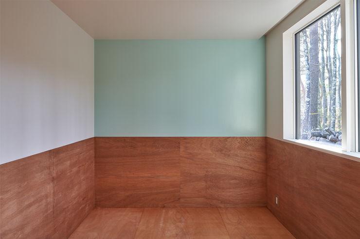 子供部屋の腰壁と淡い色 MoY architects | 山本基揮建築設計 オリジナルデザインの 子供部屋